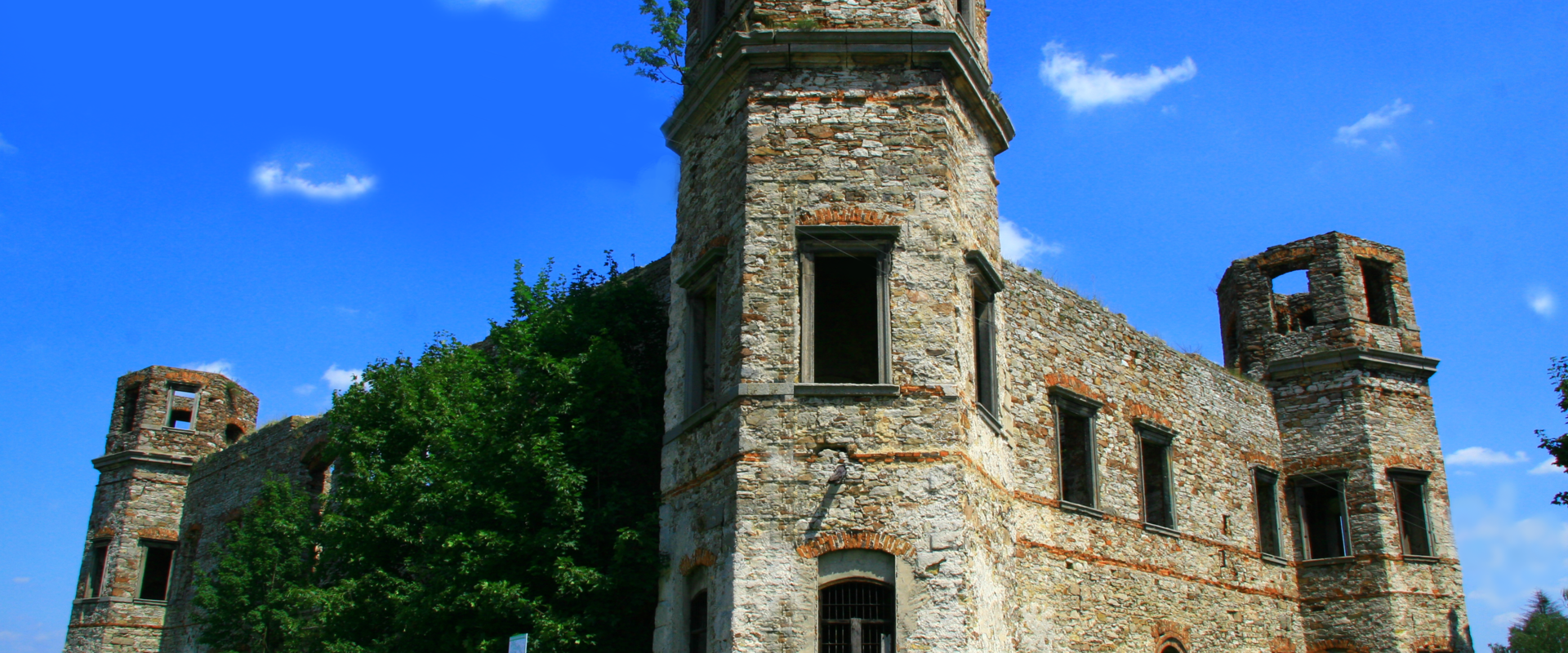 Ruiny pałacu w Podzamczu Piekoszowskim