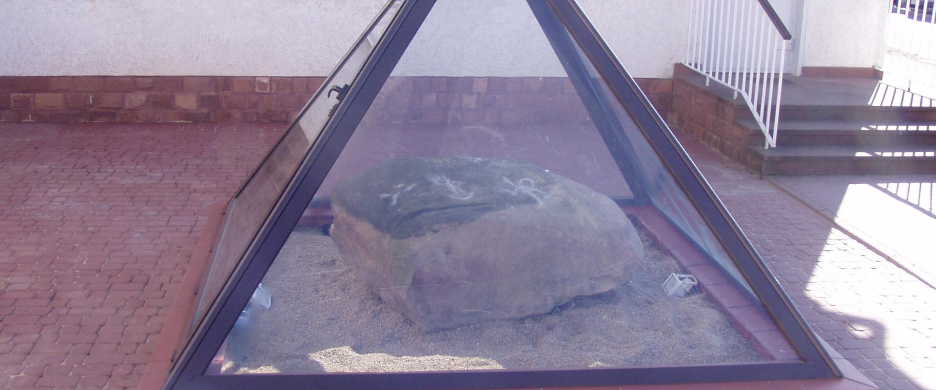 Kamień z Kontrrewersu w gminie Mniów
