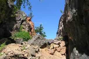 Góra Stokowka koło Gałęzic, szczelina powstała po wyeksploatowaniu żyły kalcytowej
