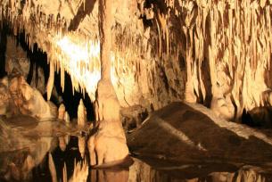 Kolumna powstała z połączenia stalaktytu i stalagmitu  w Jaskini Raj