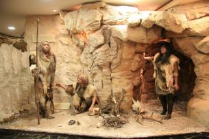 Człowiek z okresu paleolitu w Jaskini Raj